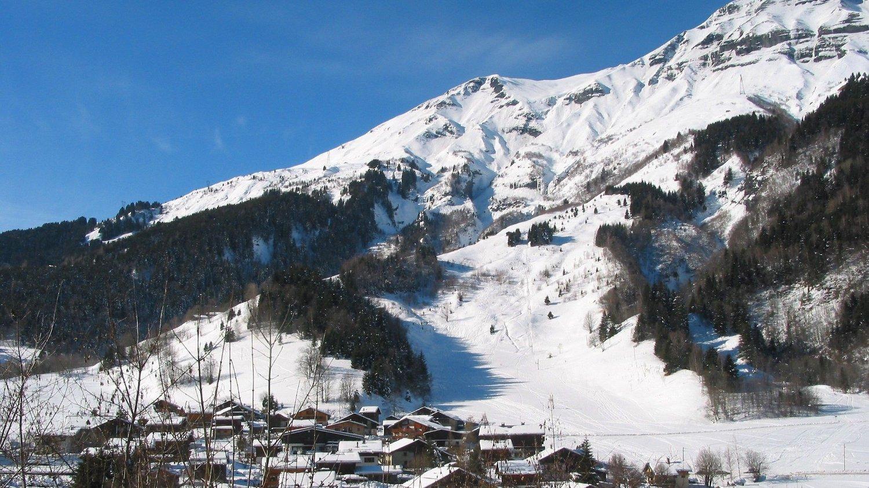SKISTED: Britene skal ha blitt smittet på skistedet Les Contamines-Montjoie. Her ser man Mont Jol.