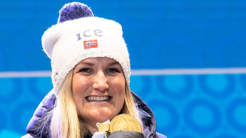 ANTERSELVA, ITALIA 20200214. Marte Olsbu Røiseland under medaljeseremonien etter at hun gikk inn til en første plass i sprint 7,5 km for kvinner under VM i skiskyting 2020 i Anterselva.