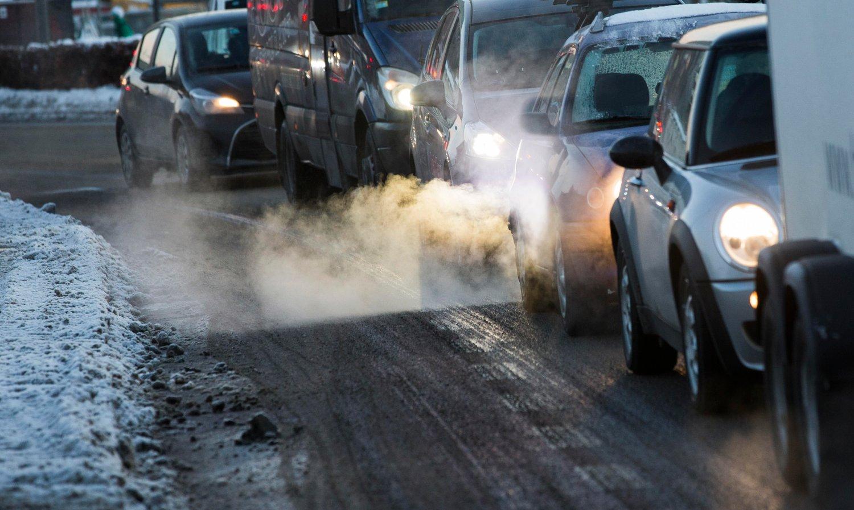 Eksos fra biler i vinterkulden