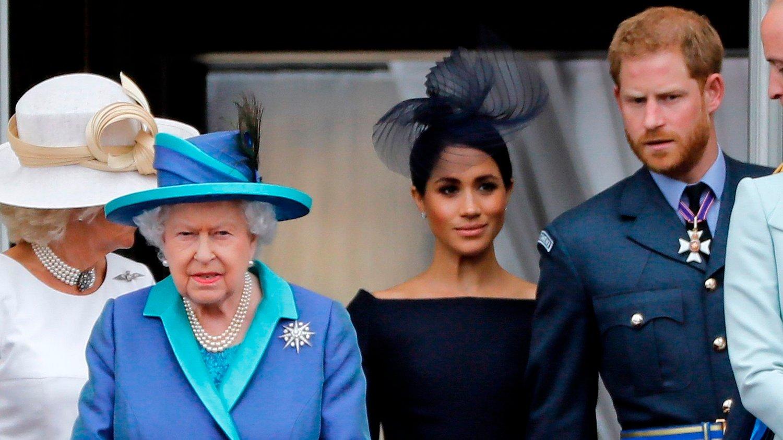 Dronning Elizabeth sammen med Harry og Meghan.