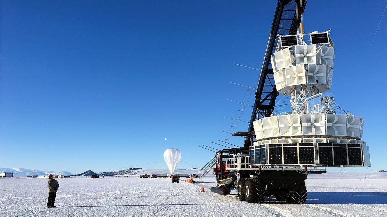 Bilde av nøytrinodetektoren ANITA på Antarktis.