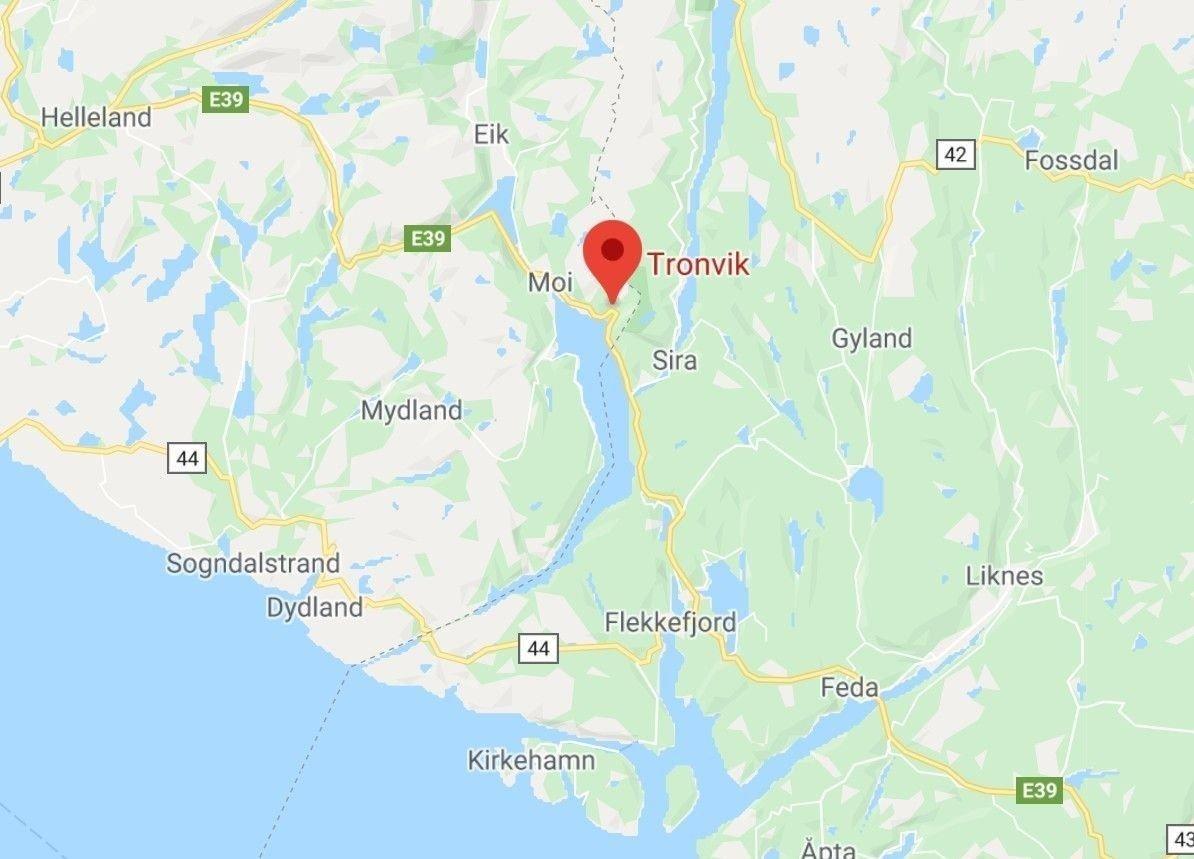 En person omkom etter en kollisjon mellom en personbil og en lastebil på E39 ved Tronvik i Lund kommune i Rogaland.