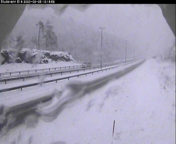 Snø og vinterføre på E18 ved Studevann utenfor Kristiansand tirsdag ettermiddag. Klokka 12 var temperaturen minus 0,3 grader.