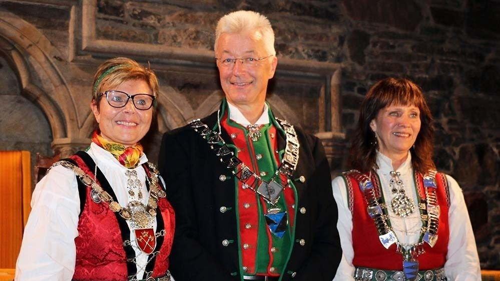 FINSTAS: Anne Gine Hestetun, Jon Askeland og Jenny Følling, med ordførarkjeda for Hordaland, Vestland og Sogn og Fjordane.