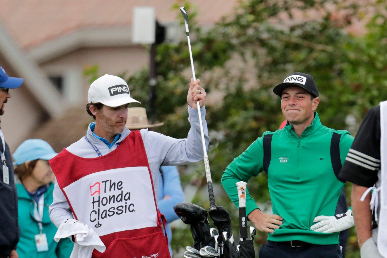 SYNKENDE TENDENS: Viktor Hovland fikk en tung start på den første turneringen etter sin første PGA-seier. Her avbildet etter et slag som gikk i vannet på hull 15.