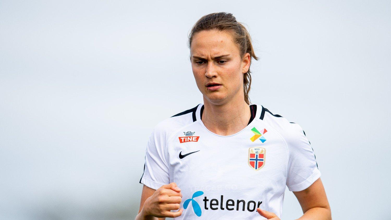 SKADET: Caroline Grahan Hansen skadet seg under oppvarmingen før kampen mot Danmark.