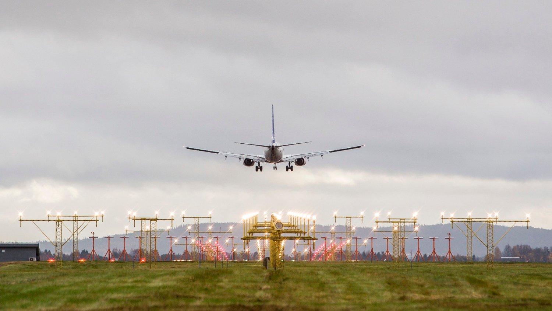Gardermoen 20171017. Fly på vei inn for landing på vestre rullebane.