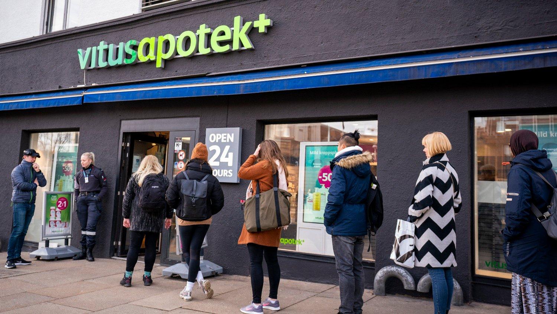 Folk står i kø utenfor Vitus Apotek på Jernbanetorvet for å kjøpe medisiner på grunn av koronavirus utbruddet i Oslo.