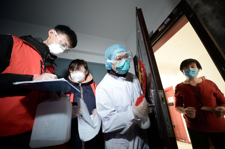 Helsepersonell oppsøker potensielt syke personer hjemme i den kinesiske byen Tianjin. En studie basert på smitteklynger i Tianjin viser at koronaviruset kan trolig smitte før det oppstår synlige symptomer.