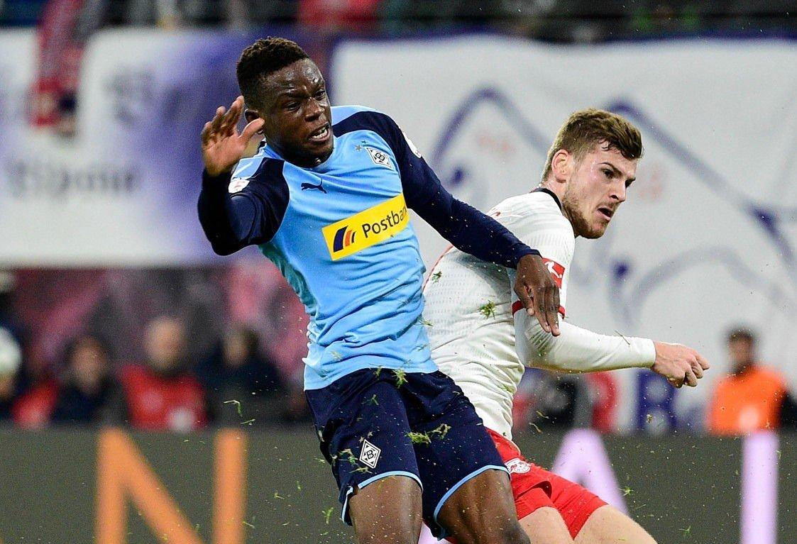 MANGE INTERESSERTE: Midtbaneankeret Denis Zakaria er i kikkerten til en lang rekke storklubber. Her i duell med RB Leipzig-spissen Timo Werner.