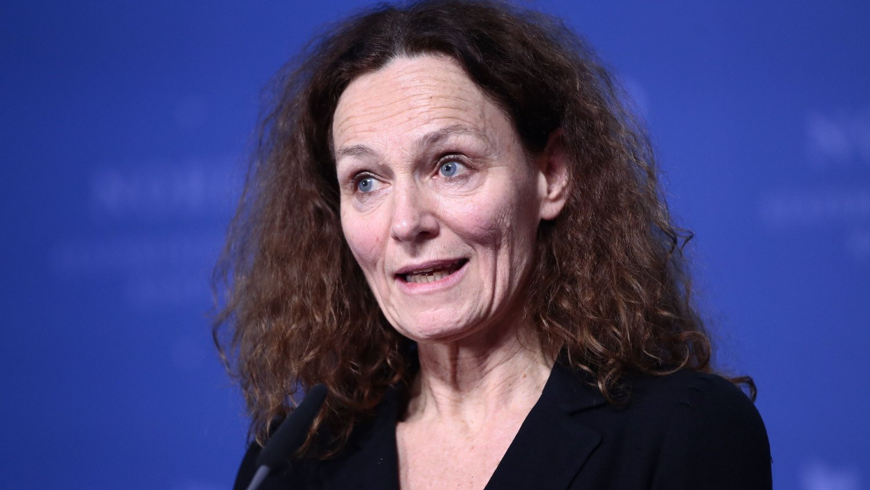 SMITTEDE ØKER: FHI har kommet med en rapport tidlig lørdag som forteller at det er 157 nye smittede det siste døgnet. Her ved FHIs direktør Camilla Stoltenberg.