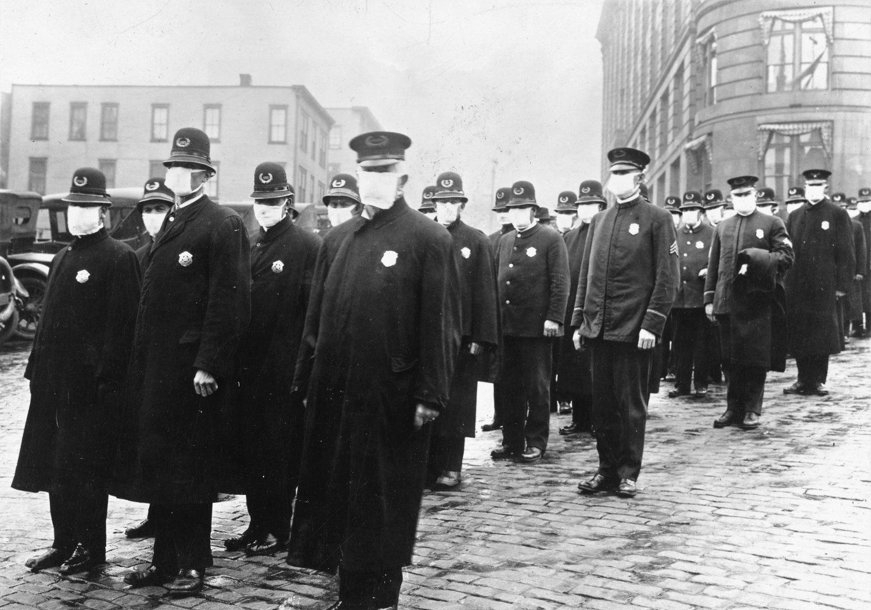 Bildet viser politimenn i Seattle i USA som er iført munnbind som smitteverntiltak under spanskesyken i 1918-1919.