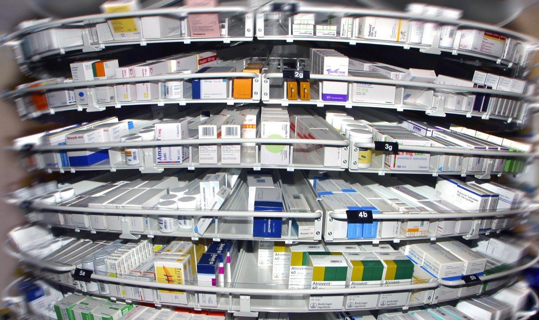 Apotek. Hyller med diverse medisiner. Apoteket. Smerte. Smertestillende midler. Medisin. Blå resept. Reseptbelagt. Reseptbelagte medikamenter. Pillemisbruk. Legemiddel. Legemidler mot sykdom. Syk. Farmasi.