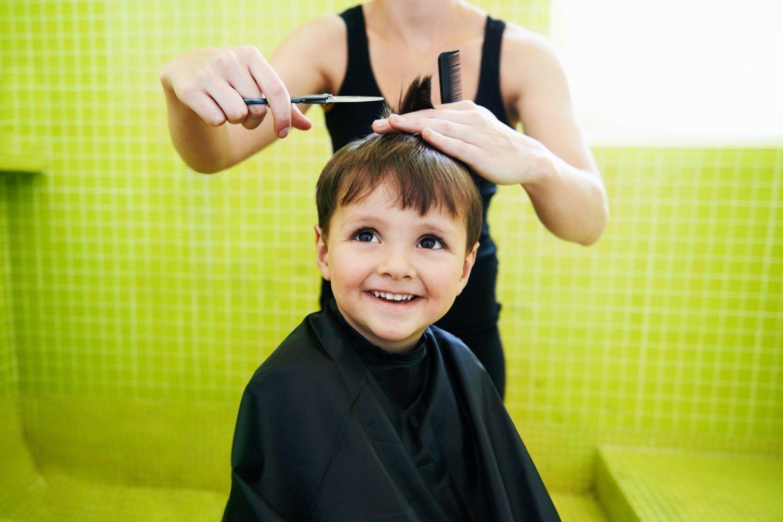Det å klippe håret hjemme er mulig med noen gode verktøy, og tipsene under.