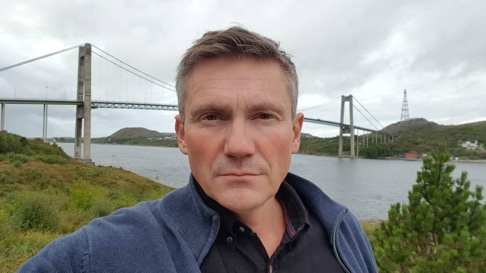 Tom Lysø foran bro