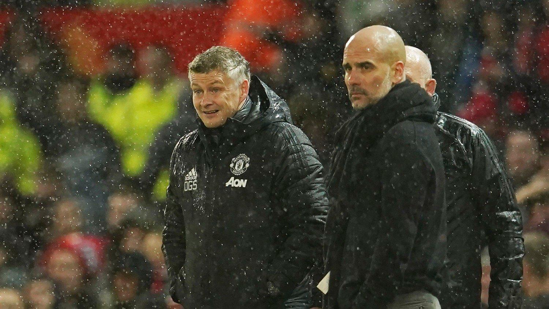GÅR SAMMEN: Manchester United og Manchester City slår seg sammen for å donere penger i en vanskelig tid for mange. Her står United-manager Ole Gunnar Solskjær sammen med City-manager Pep Guardiola.