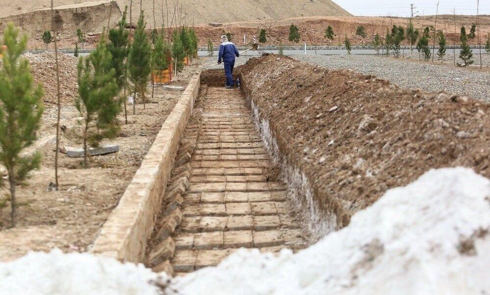 Gravplasser klargjøres på gravlunden Behesht-e Masoumeh i byen Qom. Jorden blir blandet med kalk for å dempe lukten fra likene.