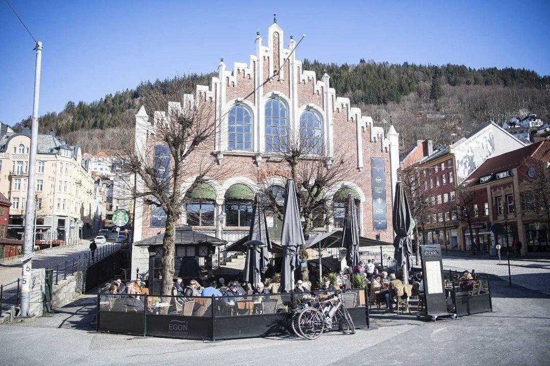 Folk tett i tett koser seg på uteserveringen til Egon i Bergen