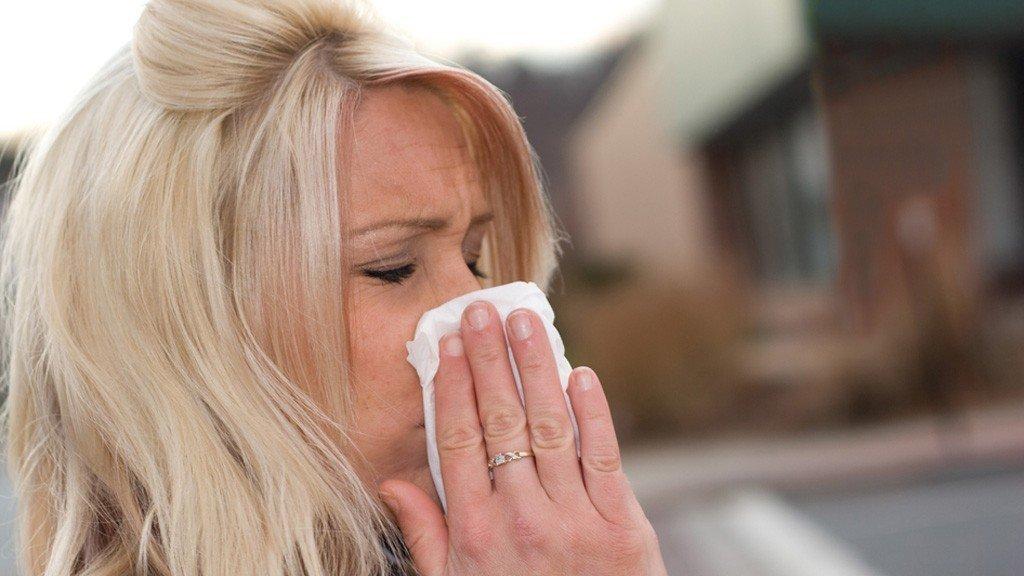 Kvinne med forkjølelsessymtomer