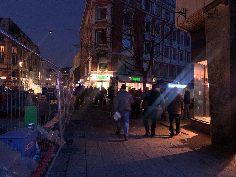 BRUGATA: Ze względu na środki wdrożone podczas kryzysu związanego z epidemią koronawirusa, wiele miejsc, gdzie narkomani mogli uzyskać pomoc zostało zamkniętych. Uzależnieni zbierają się w dużych grupach na ulicy Brugata w Oslo, co powoduje zaniepokojenie wśród ekspertów. Zdjęcie: Kjersti Westeng (Mediehuset Nettavisen)