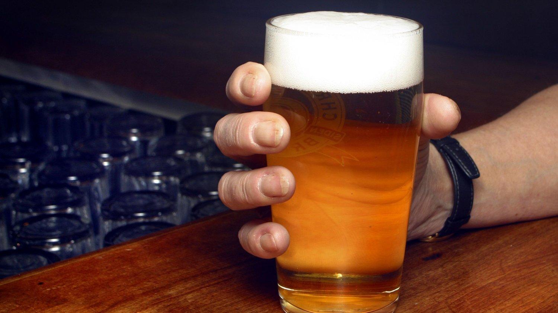 Å ta seg en halvliter pils. Alkohol. Christiansands Bryggeri CB. Alkoholpolitikk. Drikkekultur. Skum. Ølglass. Alkoholisme. Alkoholiker på bar. Skjenkebevilgning. Skjenkeringen. Usunn livsstil. Usunt. Drikke. FOTO: SCANPIX