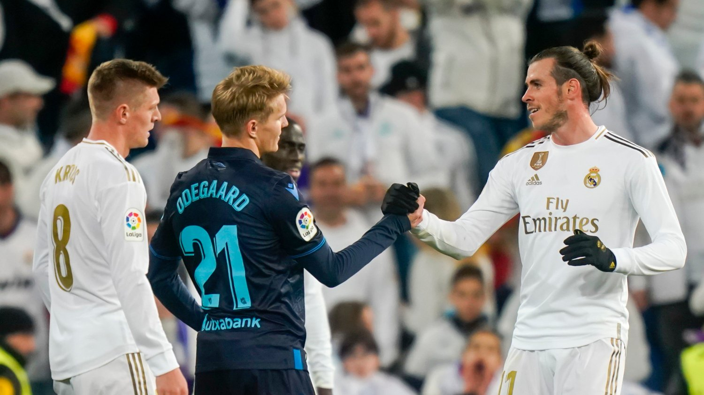 Madrid, Spania 20191123. Martin Ødegaard takker Gareth Bale etter storkampen på Santiago Bernabéu i Madrid. Ødegaard, som er utlånt til Real Sociedad fra Real Madrid, spilte hele storkampen mellom de to spanske La Liga klubbene. Kampen endte 3-1 til Real Madrid.