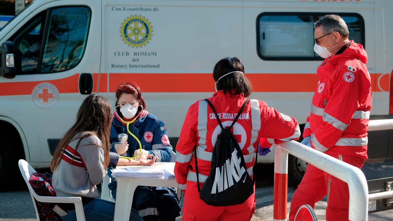 En kvinne gir blod på en mobil Røde Kors-enhet i Roma lørdag. Nå mener italienske leger å se et ørlite lys i enden av en lang og mørk tunnel.