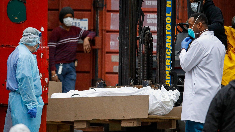 En død person pakket inn i plast skal plasseres i en kjølekonteiner i New York City.