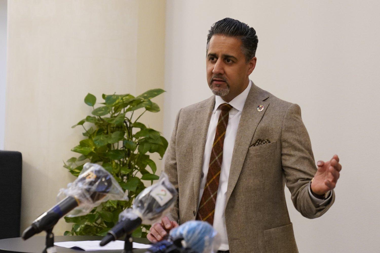 Kulturminister Abid Raja (V) opplyser at store kultur- og idrettsarrangementer forbys til 15. juni