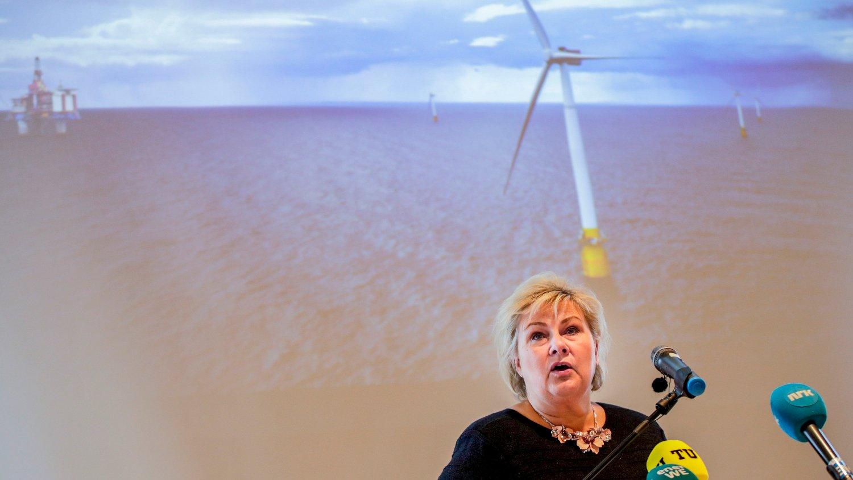 Oslo Statsminister Erna Solberg på talerstolen under pressekonferansen i forbindelse med Equinors søknad om støtte til Hywind Tampen.
