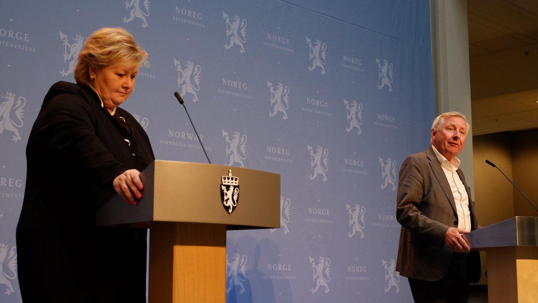 LEDER UTVALG: Stener Kvinnsland og statsminister Erna Solberg på pressekonferansen fredag, der førstnevnte ble presentert som leder for utvalget som skal granske myndighetenes koronahåndtering.