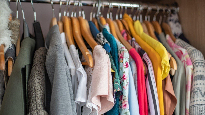 Mange av oss har langt flere klær enn vi egentlig trenger.