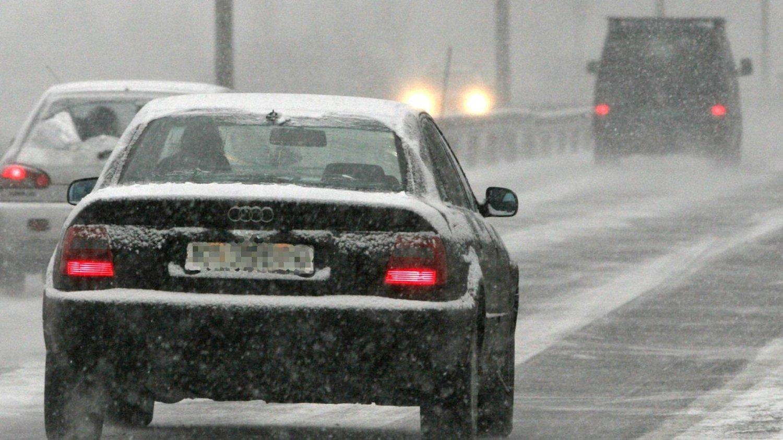Torsdag kveld og natt til fredag kan det komme mye snø i deler av Sør-Norge. Det kan bety problemer for de som allerede har lagt om til sommerdekk. Ilustrasjonsfoto.