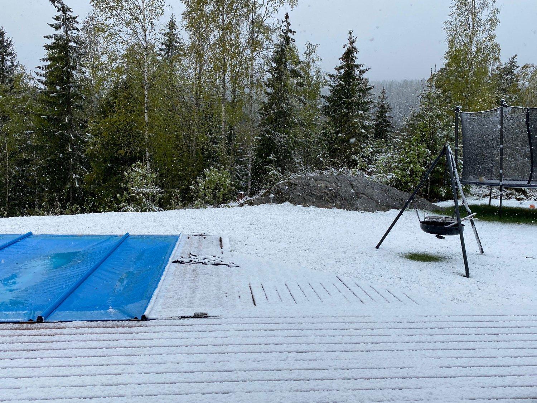 KALDT: Snøen kom til Østlandet natt til søndag. Det er nok en stund før familien på Holter i Nannestad kan bruke bassenget igjen.