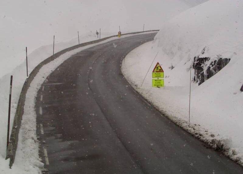 STRYNEFJELLET: Mye snø og vinterlige forhold på riksvei 15 over Strynefjellet tirsdag.