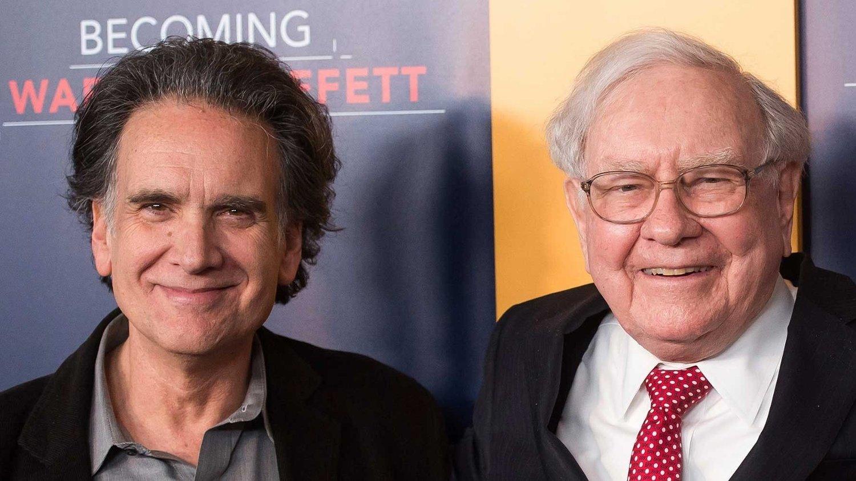 - Jeg angrer ikke! sier Peter Buffett (62), sønnen til mangemilliardær og investor Warren Buffet, om hvordan han brukte pengene han fikk fra en aksje faren ga til ham som 19-åring. Her er de to sammen i New York i 2017.