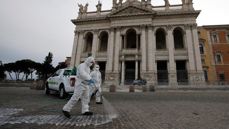 Plassen foran Lateran-basilikaen i Roma desinfiseres. Kirkene i Italia forbereder seg på å åpne igjen etter koronakrisen.