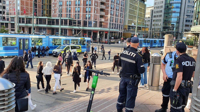 Politi på Jernbanetorget.