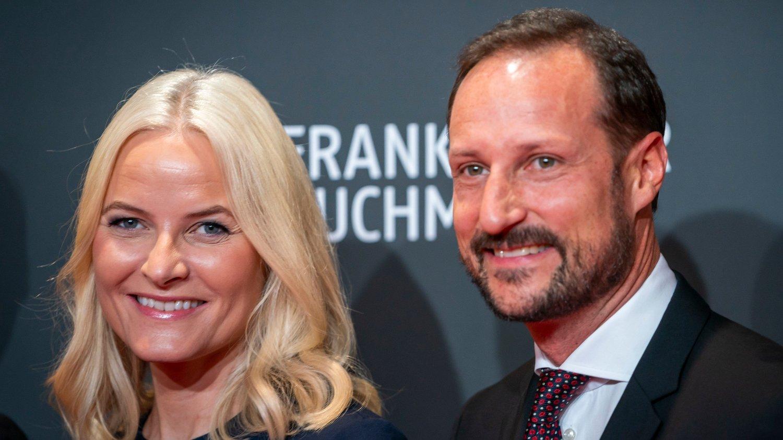 Kronprinsparet reiser med Litteraturtoget i Tyskland Frankfurt, Germany 20191015. Kronprinsesse Mette-Marit og kronprins Haakon ankommer den internasjonale bokmessen i Frankfurt.