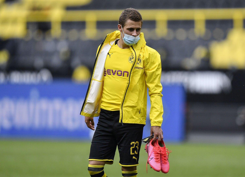 MED MASKE PÅ: Thorgan Hazard fikk på seg ansiktsmaske kort tid etter at kampen mot Schalke 04 var slutt.