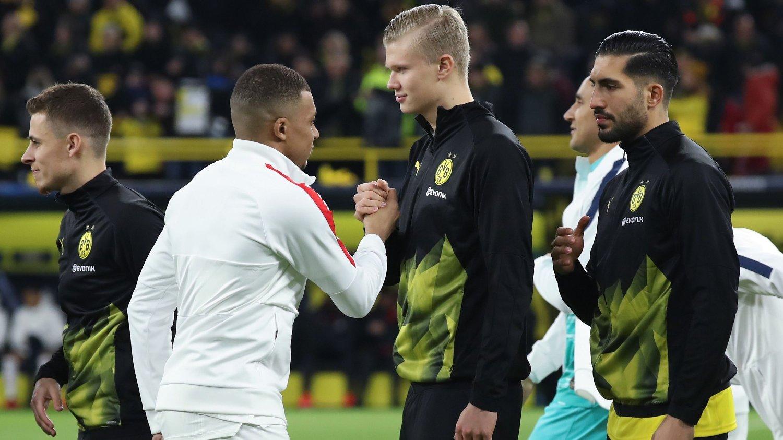 STJERNEMØTE: Kylian Mbappe og Erling Braut Haaland hilser på hverandre før det første møtet mellom Borussia Dortmund og Paris Saint-Germain.