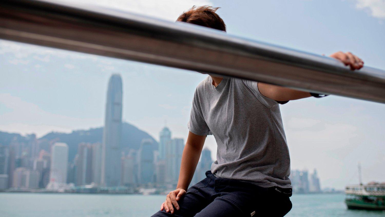 MISNØYE: En anonym protestant poserer foran Hongkongs skyline. Flere demonstrerer for regionens selvstendighet, ved for eksempel fakkeltog.