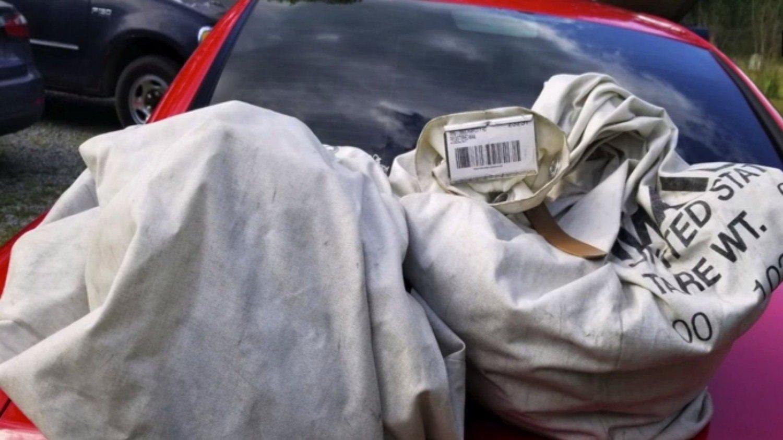 FUNNET: Pengene lå fordelt i plastposer oppe i to tøysekker.