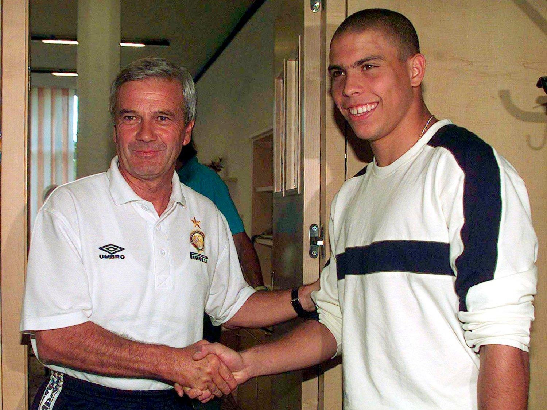 TRENERLEGENDE: Luigi Simoni ønsker en ung Ronaldo velkommen til Inter i juli 1997, og med brasilianeren på laget hadde han sin største sesong i en lang trenerkarriere. Simoni døde fredag.