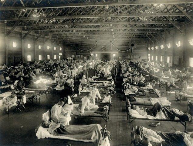 Improvisert, amerikansk militærsykehus med influensapasienter under Spanskesyken.