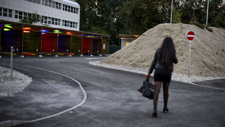 TILBAKE: En prostituert går forbi såkalte «sex-bokser» i Zürich. Arkivfoto: Fabrice Coffrini / AFP via Getty Images