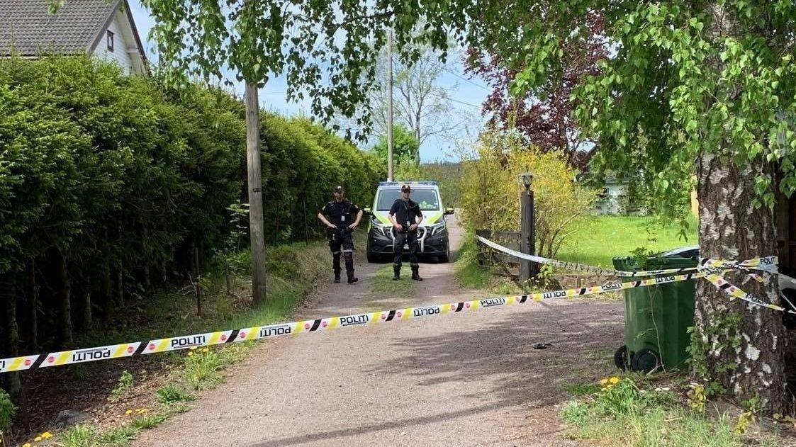 VED BOLIG: Politiet gjør undersøkelser i et boligområde i nærheten av der en mann i 30-årene ble funnet død i en bil på Rotnes i Nittedal. Nå bekreftes det at den siktede mannen i 40-årene leide bolig av den drepte.