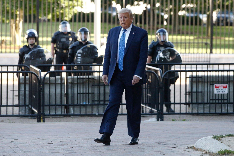 President Donald Trump truer med å sette inn det amerikanske forsvaret dersom ikke guvernørene i landets delstater straks får gjenopprettet orden i byene.