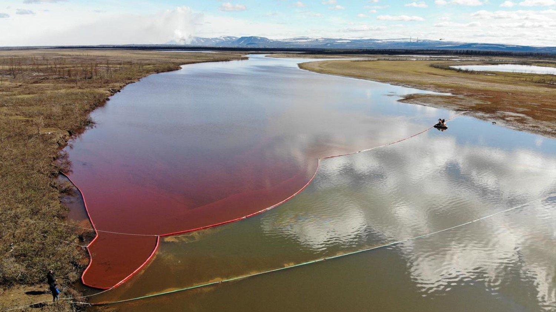 BLODRØD: Slik så elven ut etter å ha blitt fylt opp med 20.000 tonn med dieselbensin.