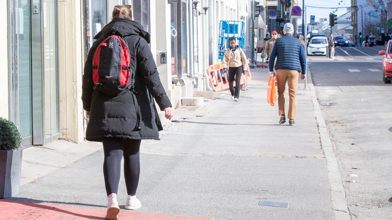 Koronavirus Oslo 20200418. Vanligvis yrer det av liv i Bogstadveien i Oslo en lørdag ettermiddag, men denne lørdagen var det god avstand mellom personene.